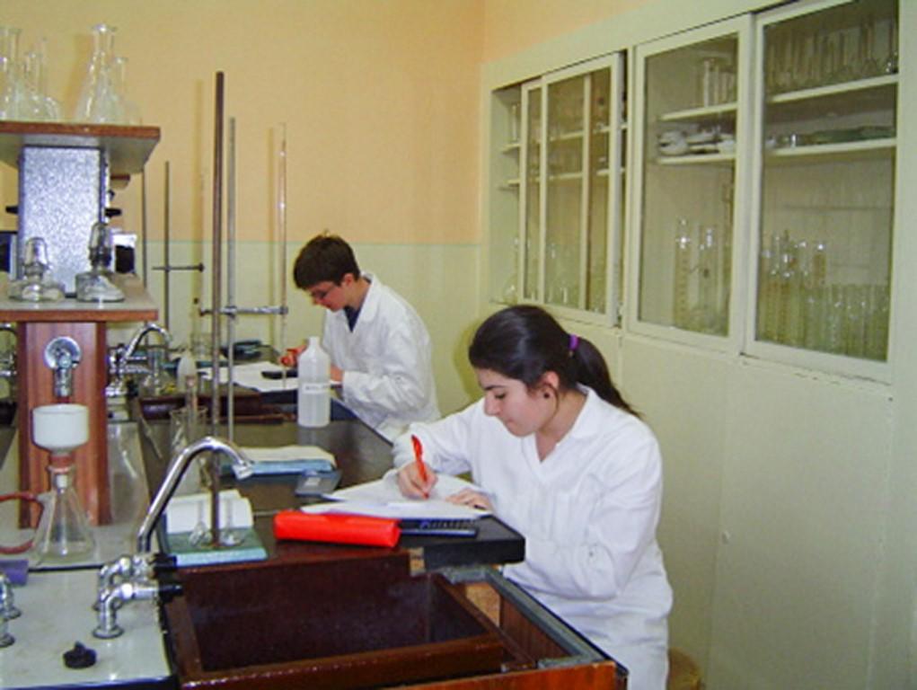 Gymnázium+3. na chémii