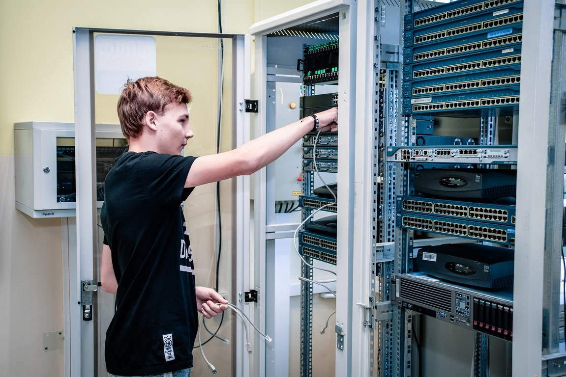 Spojená škola 6 - Študenti na teórii - mechanik počítačových sietí