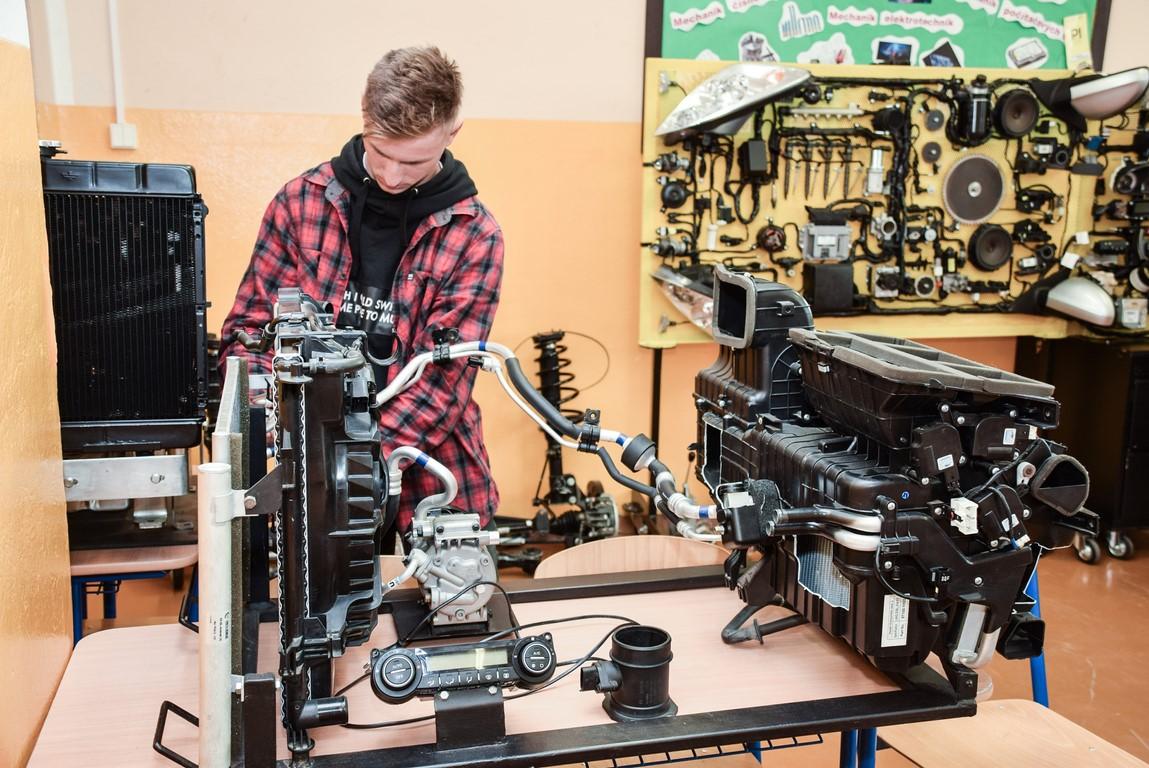 Spojená škola 8 - Študenti na teórii - autoopravár mechanik