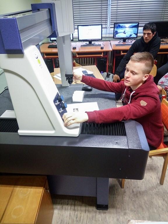Spojená škola 9 - Študenti na teórii - strojárstvo 3D meranie